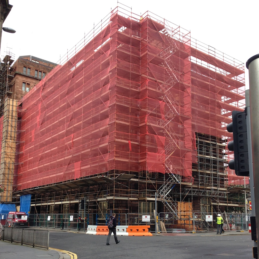 Red Scaffold Netting protecting a building by Yuzet®.